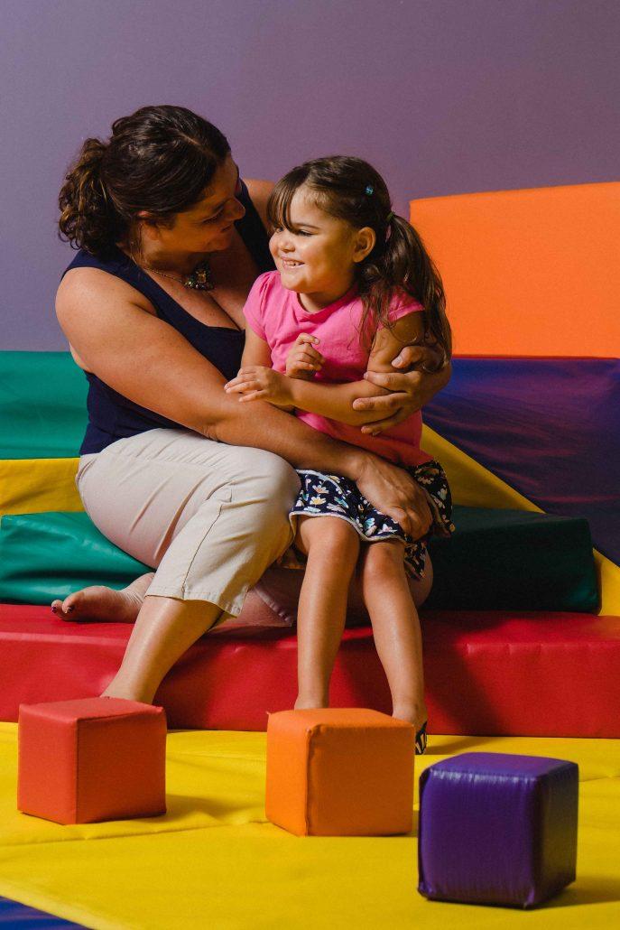 Mère et fille se cajolant dans la salle de jeux.