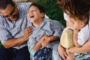 Père et fils en compagnie de la mère tenant un jeune enfant.